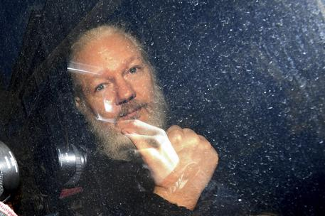 Wikileaks, Julian Assange arrestato a Londra nell'ambasciata dell'Ecuador