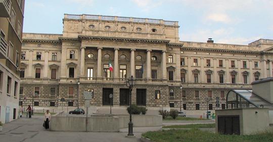 Trieste, in Tribunale in bermuda e infradito: il Presidente li manda a cambiarsi